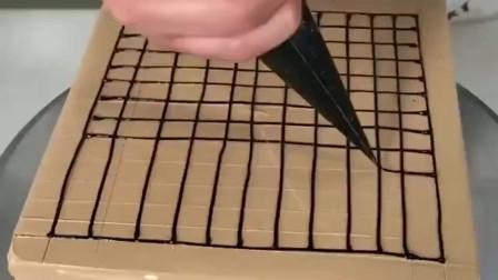 手艺人用奶油做了一盘五子棋,棋子很逼真,就是这样还能吃吗