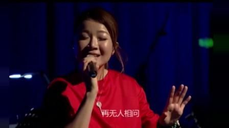 经典民谣歌曲!叶蓓演唱《白衣飘飘的年代》,仿佛又把我们带回到纯真年代!