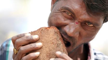 """男子身患怪癖,不吃饭菜只吃""""砖头"""",啃砖头比馒头都香!"""