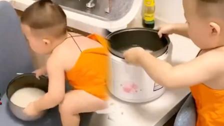 1岁半萌娃学妈妈淘米煮饭,动作老练动作娴熟,网友:自愧不如啊