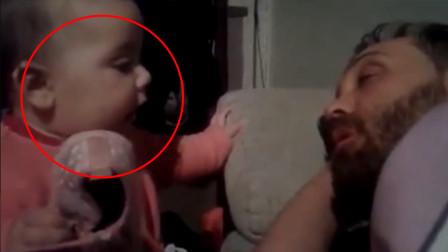 宝宝叫爸爸起床,可爸爸就是不起,下一秒宝宝的举动让妈妈笑翻