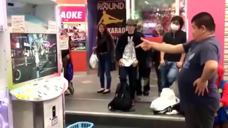 大叔想玩跳舞机,路人纷纷围观,那动人的舞姿