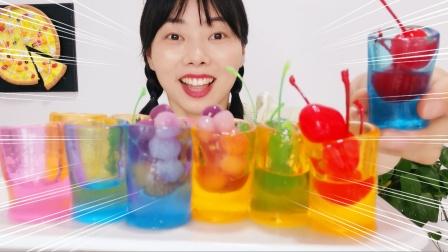 """小姐姐自制""""杯子果冻"""",彩色通透能装水,一口一个吃得好满足"""