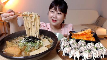 """韩国ASMR吃播:""""乌冬面+鱼饼+金枪鱼紫菜包饭+萝卜泡菜"""",听这咀嚼音,吃货欧尼吃得真馋人"""