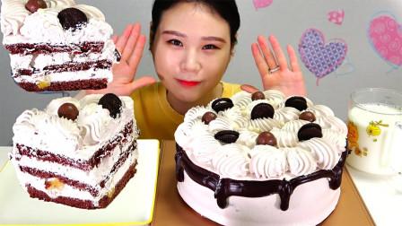 """韩国ASMR吃播:""""巧克力奶油蛋糕"""",看看这分量,听这咀嚼音,吃货卡妹吃得真满足"""