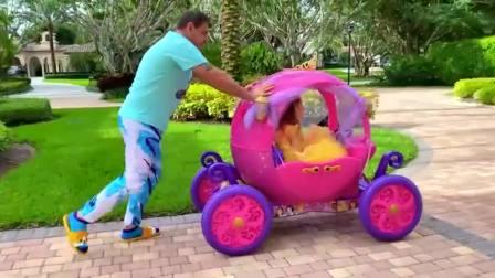 国外萌宝时尚,爸爸为小公主推着南瓜车,小女孩真开心