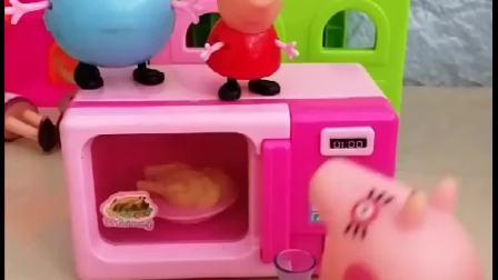 佩奇一家做游戏变变变,乔治变成了杯子,佩奇却变成了小猪包!
