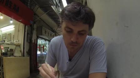 外国人在中国:用老美炸鸡和中国叉烧对比,单单一口咬下去,外国大叔就知道自己输了