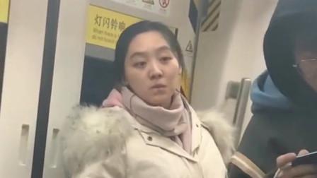 地铁上遇到的可爱美女,一直盯着前面小哥哥的