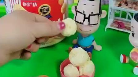 小头爸爸在吃小饼干,大头也想吃爸爸就不给他, 除非他听话!