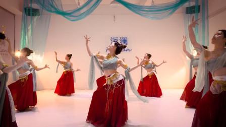 敦煌舞《吟游诗人舞》,舞者时而旋转,时而扭动细腰,太美了!