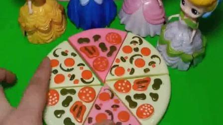 贝儿来给姐妹们分披萨啦,白雪分到好多块,披萨好吃吗