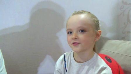 国外儿童时尚,小萝莉吃生日蛋糕,开开心心的又长大了一岁