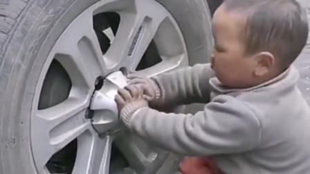孩子是上学玩耍的年纪,却是最年轻的汽车维修工,心疼三秒