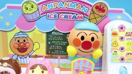 小猪佩奇到面包超人冰淇淋店,吃了好多冰淇淋结果肚子疼