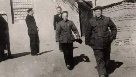 1949年,毛主席在农家小院接见外国来宾,随行记者抓拍下照片