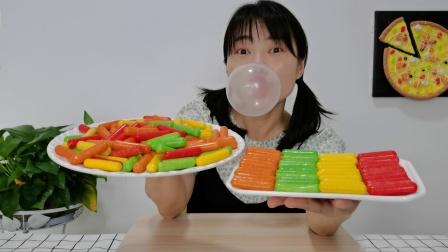 """美食开箱:小姐姐吃趣味零食""""多彩粉笔泡泡糖"""",果味甜蜜吹泡泡"""