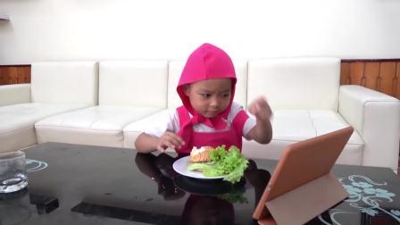 国外儿童时尚,小姑娘吃汉堡包妈妈也想吃,好有趣的一对母女俩