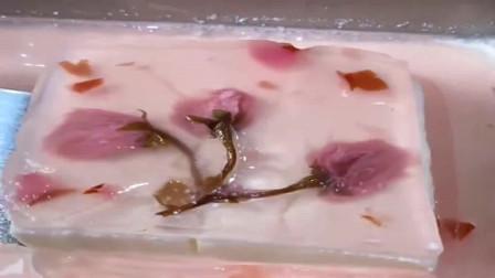 大酒店的甜品樱花冻精致可口,网友:你看甜点师的手,越贵越精致?