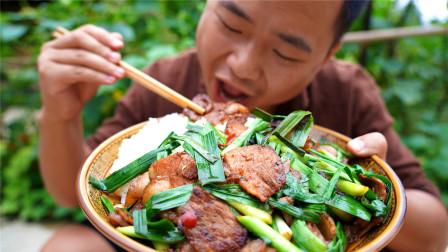回锅肉这样吃才叫爽,和蒜苗放进锅里一炒,肥而不腻,好吃又下饭