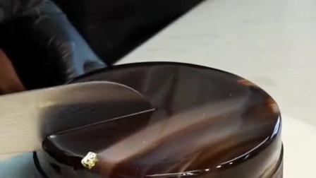 百香果巧克力慕斯,配上经典的巧克力镜面,隔着屏幕都想吃!