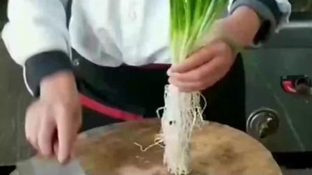 大厨教你切葱丝,这样切的葱丝又细又匀,这手法不愧是五星级厨师
