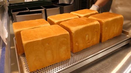 韩国街头的爆款小吃:鸡蛋培根吐司!面包上铺满培根鸡蛋巨诱人!