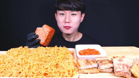韩国大胃王小哥,试吃特色火鸡面和烤火腿,看他吃口水都流出来了