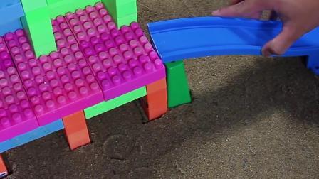53积木玩具搭建滑道,儿童挖掘机益智玩具故事早教!挖掘机挖土机挖土,推土机卡车运输工作动画片