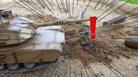 坦克、 挖掘机和铲车救被埋在土中云梯车   拖车带走了受伤的小汽车