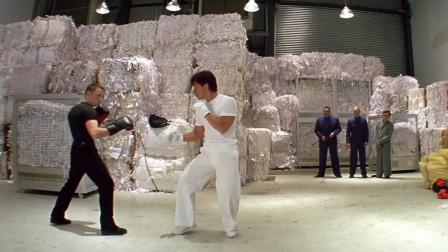 成龙与职业拳击手对打,职业拳手开始轻敌先让拳,后来不敢让了