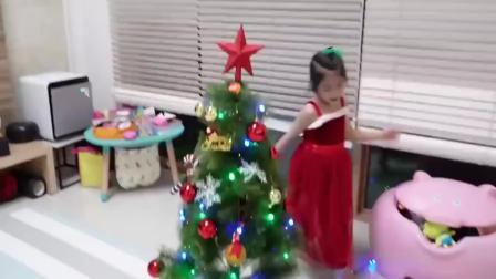 美国儿童时尚,妈妈和小萝莉一块吃圣诞蛋糕,真乖巧