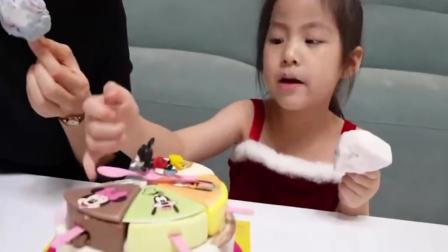 美国儿童时尚,小萝莉和妈妈一块吃圣诞蛋糕,你喜欢吗