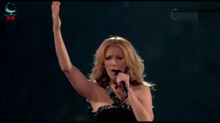 时隔多年,当她再次唱起《我心永恒》,无数观众为她举起万里星海