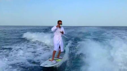 绝对是冲浪高手,喝咖啡冲浪好稳当