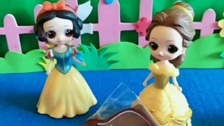 白雪公主和贝尔公主想吃雪人巧克力