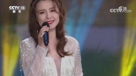 她翻唱邓丽君的代表作《小村之恋》不敢说超越原唱,但歌声相当好听