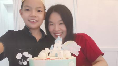 花300元买了生日蛋糕、披萨、意面,在家里给儿子过生日,儿子心满意足