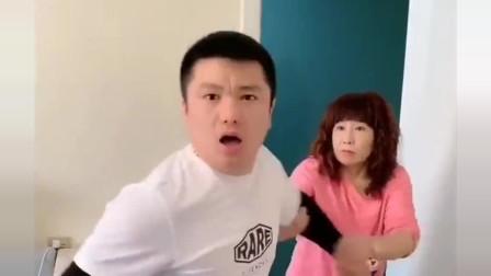 幽默视频:儿子要揍媳妇,以为妈妈会拦着他,谁知妈妈实力坑儿子!