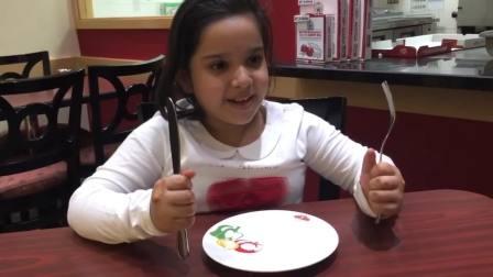 国外儿童时尚,小朋友一个人在吃火腿披萨饼,开心极了