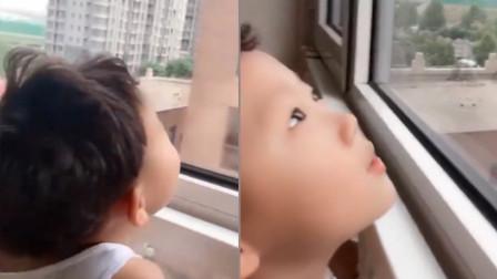 宝宝发现邻居家窗帘没关,着急提醒对方下雨啦,网友:操碎了心啊