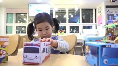 国外儿童时尚,宝宝有好多饼干,快来尝尝看