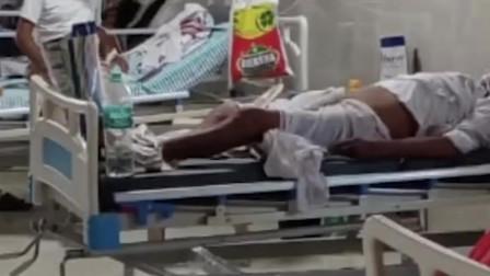 印度70岁患新冠老人从床上摔落,医护人员淡定走过不闻不问