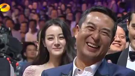 """颁奖典礼:闫妮给""""老公""""颁奖,台上自己乐开了花!"""