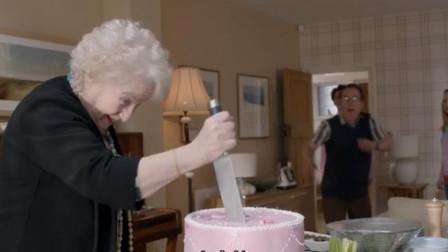 老太太拿刀切蛋糕,女婿却嚎啕大哭,你女儿在下面!