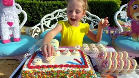 萌娃小可爱做了好多美味的蛋糕和甜甜圈啊,小家伙真是棒棒哒!看上去真的太好吃啦!