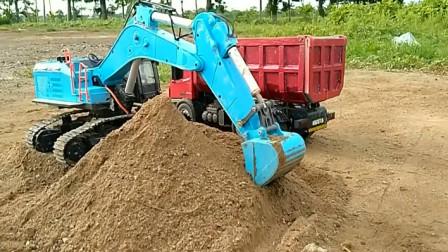 汽车玩具视频 遥控挖掘机给卡车装满沙子
