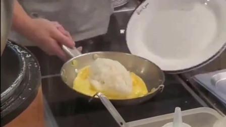 这个蛋包饭的做法简单,对煎鸡蛋的要求不高,看起来我也会做
