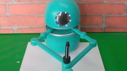 小机器人会写字会画画,今天画了一个小熊,小朋友们看画的怎么样
