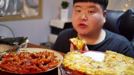 用紫菜和甜品披萨包着吃辣炒无骨鸡爪,一口接一口,太香了!